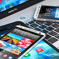 Smartphones, ein Tablet und ein Laptop